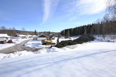14 mars 2018 - Jordmassor från grävningarna vid shoppingcentret kördes till Solängen, för att bli bullerskydd mot E18.