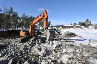 20 mars 2018 - Och vid Kölen sportcenter grävde och sprängde man för nya anläggningsvägen till Högås.