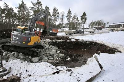 22 mars 2018 - Vid bygget av anläggningsvägen från  Kölen sportcenter till Högås vindkraftspark tvingades man gräva djupt och fylla med sprängsten för att få den blöta marken tillräckligt stabil.