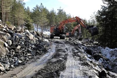 22 mars 2018 - Tjällossningen kom och försvårade arbetet med bygget av anläggningsvägar i Joarknattens vindkraftspark.
