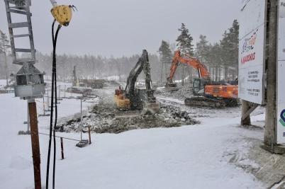 26 mars 2018 - Vid Kölen sportcenter fortsatte man att förstärka den blöta marken.