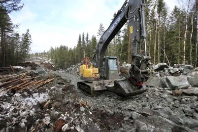 4 april 2018 - Grävmaskinerna arbetade sig framåt mot Högås vindkraftspark.