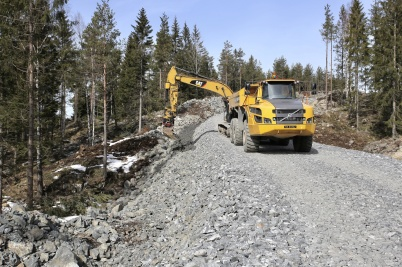 11 april 2018 - I Joarknattens vindkraftspark började man anlägga kabelvägar.