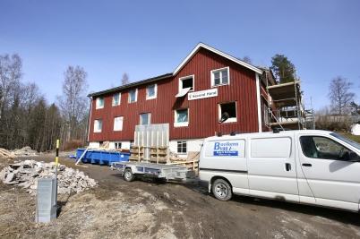 11 april 2018 - Och arbetet med nya lägenheterna i gamla Second hand huset fortskred.