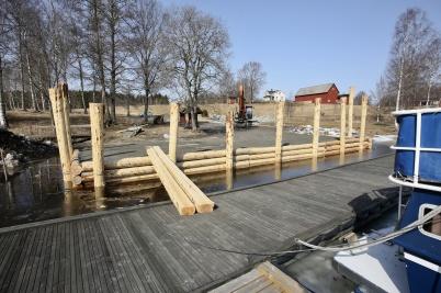 14 april 2018 - Och i Östervallskog startade arbetet med utveckling av båthamnen.