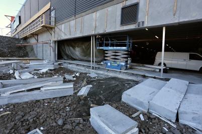 25 april 2018 - Vid shoppingcentret sågade man upp betongväggen där nya infarten till P-Huset skall byggas.