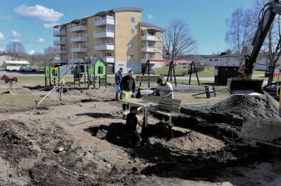 25 april 2018 - Bostadsbolagets byggnation av ny lek- och mötesplats vid Västra Torggatan tog form.