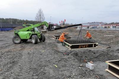 3 maj 2018 - . . . och man arbetade med gjutning av fundament till shopping-centrets utbyggnad.