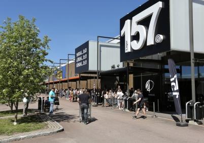 18 maj 2018 - Så var det dags att ställa sig i kö för att komma in i nya butiken Lager 157 i Handelsparken.