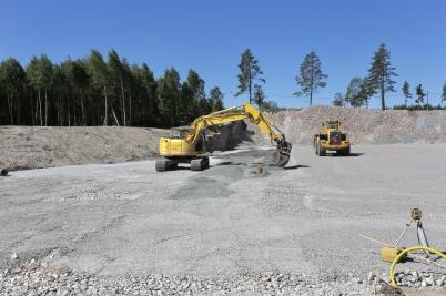 4 juni 2018 - Och vid Hagavallen gjordes sista finputsen inför läggningen av konst-gräsplanen.