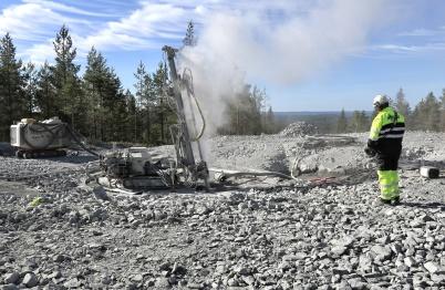 5 juni 2018 - I Joarknattens vindkrafts-park borrade man för att spänna fast fundamenten i berget.
