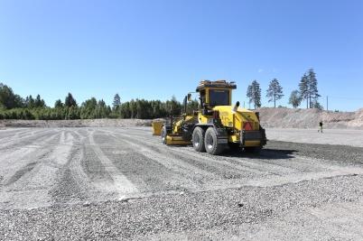 5 juni 2018 - Vid Hagavallen jämnade man till grusplanen inför läggningen av konstgräset.