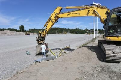 7 juni 2018 - På Hagavallen förberedde man för att sätta upp konstgräsplanens nya belysningsstolpar.