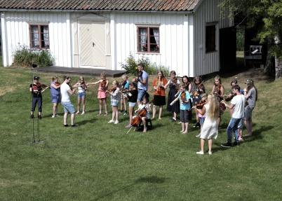 9 juni 2018 - Elever från Årjängs kommunala musikskola spelade på Spelmansstämman i Ransäter.