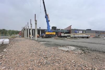 11 juni 2018 - Vid shoppingcentret lyftes de första delarna till nybygget på plats.