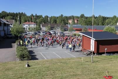 12 juni 2018 - Eleverna vid Töcksfors skola rockade loss på torget när sommarlovet var nära.