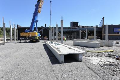 12 juni 2018 - Vid shoppingcentret kom mer och mer av byggkonstruktionen på plats.