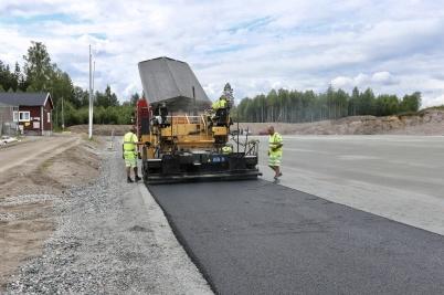 13 juni 2018 - Och vid Hagavallen asfalterade man runt grusplanen där nya konstgräset skall ligga.