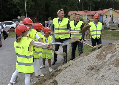 14 juni 2018 - Och så togs första spadtaget för om- och tillbyggnad av Töcksfors skola.