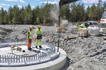 25 juni 2018 - På Joarknattenn fäste man fundamentens spännstag.