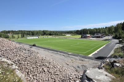 26 juni 2018 - Konstgräset var på plats på Hagavallen och nu var det dags att sätta upp nya belysningsstolpar.