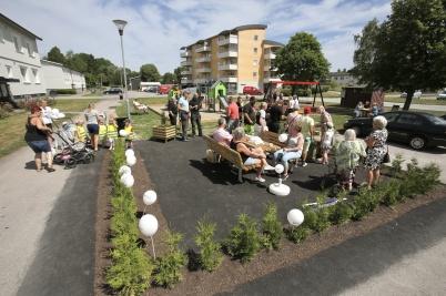28 juni 2018 - Bostadsbolagets nya lek- och mötesplats vid Västra Torggatan invigdes i strålande väder.