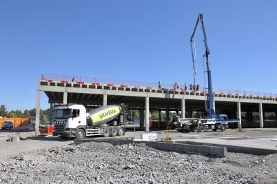 3 juli 2018 - Vid shoppingcentret gick utbyggnadsarbetet vidare med gjutning av tak . . .