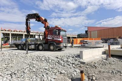 5 juli 2018 - Vid shoppingcentret pågick byggarbetet för fullt trots semestertider.