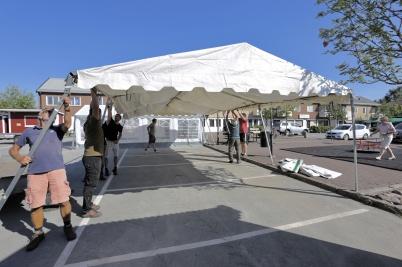 5 juli 2018 - Töcksmarksveckan 40-år - på torget jobbade man med uppsättning av tält inför invigningen av  Töcksmarks-veckan.