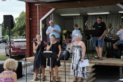 6 juli 2018 - Töcksmarksveckan 40-år - fredagens program på torget avslutades med allsång.