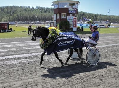 14 juli 2018 - På Årjängstravet var det stortrav och Jas Gripen med Paula Christensson i sulkyn vann Årjängs Lilla Sprinterlopp . . .