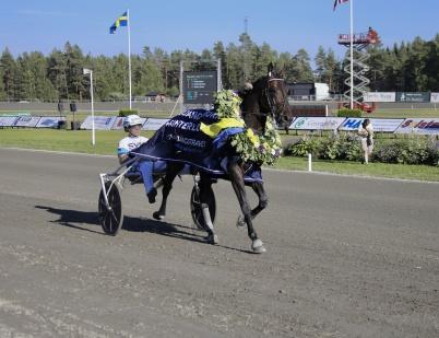 14 juli 2018 - . . . och storfavoriten Propulsion med Örjan Kihlström i sulkyn vann Årjängs Stora Sprinterlopp.