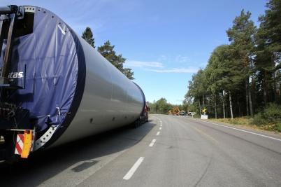 1 augusti 2018 - Delarna till vindkraft-verken samlades på rastplatsen vid gamla E18 i Norge innan transporten fortsatte upp till Joarknatten.