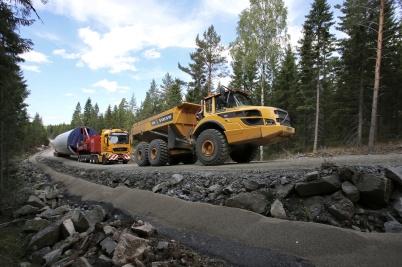 1 augusti 2018 - Vissa transporter måste få draghjälp upp för de branta backarna till Joarknatten.