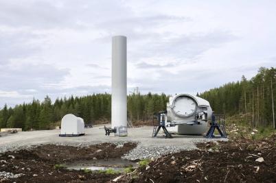 3 augusti 2018 - I Joarknattens vindkraftspark var vindkraftverkens första torndelar monterade. Vestas sekretessregler gjorde det omöjligt att visa bilder från monteringen av vindkraftverken.