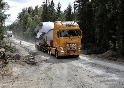 3 augusti 2018 - Delar till vindkraft-verken kom i strid ström på Butjernsveien upp till Joarknatten.