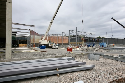 6 augusti 2018 - Vid shoppingcentret var det stor aktivitet med montering av stålkonstruktioner.