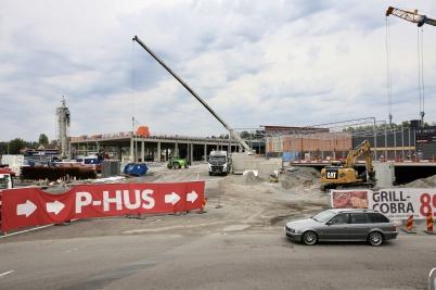 8 augusti 2018 - Och vid shopping-centret var det full fart på arbetet med utbyggnaden.