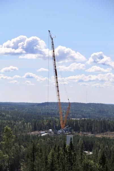 13 augusti 2018 - Den stora byggkranen sträckte sig mot skyn i Joarknattens vindkraftspark.