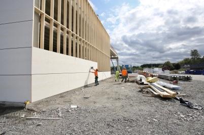 15 augusti 2018 - Vid shoppingcentret fick utbyggnaden väggar.