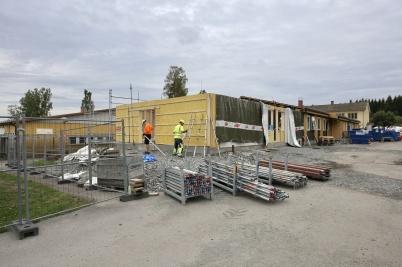 27 augusti 2018 - Och vid skolan fortsatte ombyggnadsarbetet.