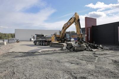 13 september 2018 - Och vid Älverud fortsatte man riva upp asfalt.