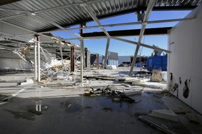 28 september 2018 - ÖoB husets tak och väggar försvann i snabb takt.
