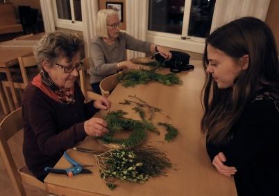 31 oktober 2018 - Så träffades man traditionsenligt i församlingshemmet för att göra bl a gravdekorationer inför Alla Helgons Dag.