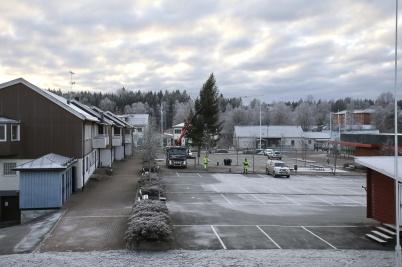 28 november 2018 - Så kom då årets julgran till torget i Töcksfors. Den kom från Östervallskog.