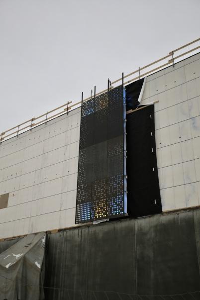 19 december 2018 - Shoppingcentret testa den nya bakgrundsbelysta fasad-plåten.