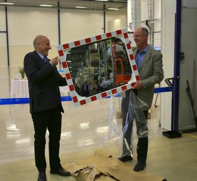 Kommunalrådet i Årjängs kommun Daniel Schützer överlämnade en gåva, det var en trafikspegel som ska göra utfarten från Flexit mera säker.