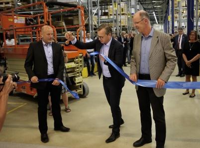 Näringsminister Mikael Damberg höll i saxen och klippte bandet, medan Flexits vd Knut Skogstad och platschefen Ulf Jonsson höll i bandet.