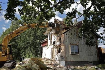 21 juli 2016 - Under takpannorna fanns ett gammalt stickspåntak och mängder av getingar.