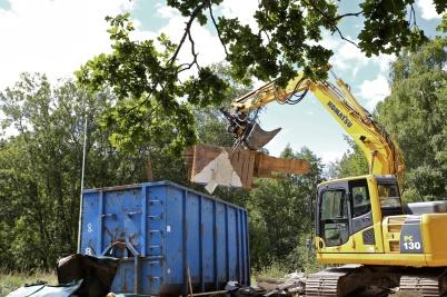 21 juli 2016 - Rivningsmaterialet sorterades för att kunna återvinnas.
